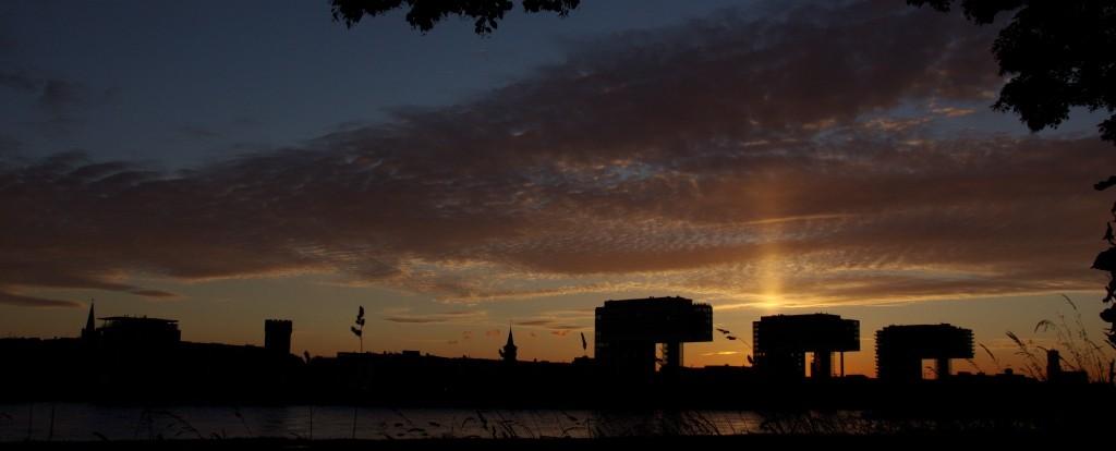 Sonnenuntergang hinter dem Rheinauhafen, Köln