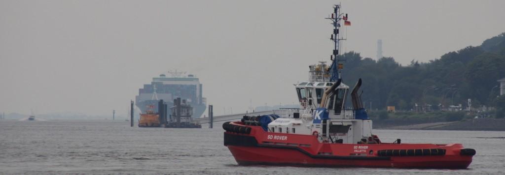 Hamburg Elbe Schlepper und Kontainerschiff