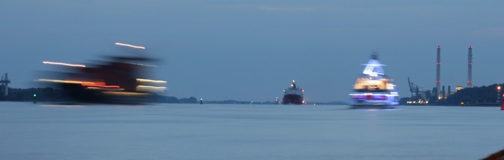Hamburg: Schiffe auf Elbe - Langzeitbelichtung